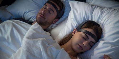 couple dormant avec bandeau de sommeil Dreem