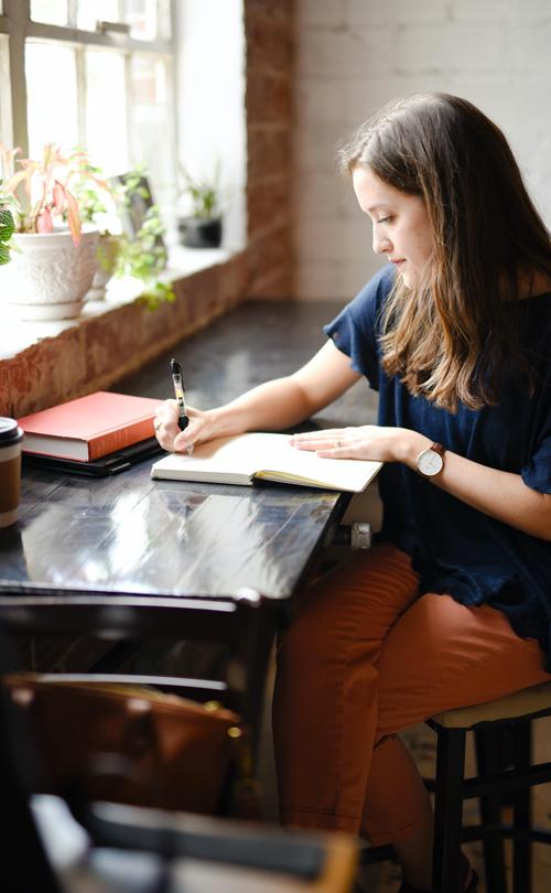 femme assise bureau